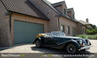 oldtimer morgan op hotel parking de